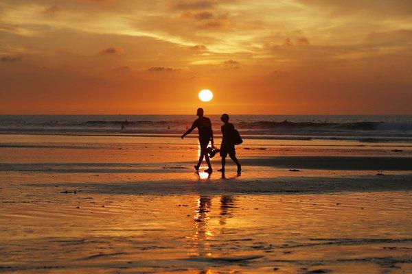 海天一色!美国加州海滩落日景色似美丽画卷