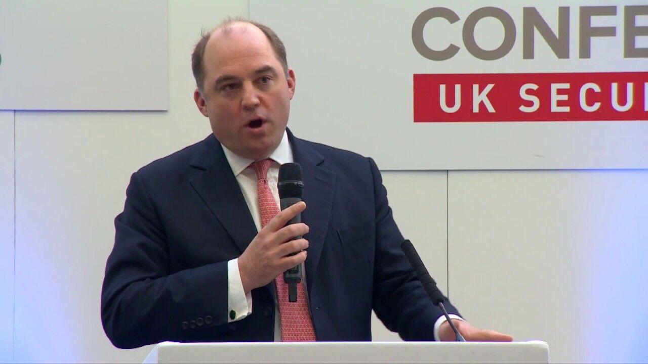 """英国安全大臣警告:基地组织正在""""复兴"""" 可能在欧洲袭击客机"""