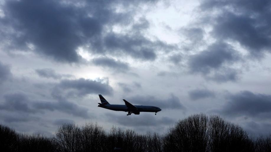 英国扰航事件2嫌疑人被释放 警方:可能根本没有无人机