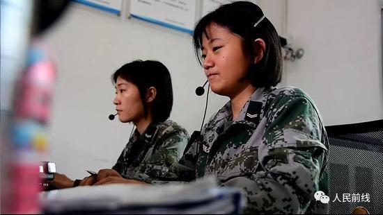 我军话务女兵要背上千个号码 查号时3秒内报出