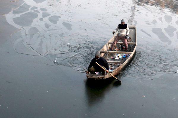 印控克什米尔遇11年来最冷12月 河面冰封渔民破冰前行