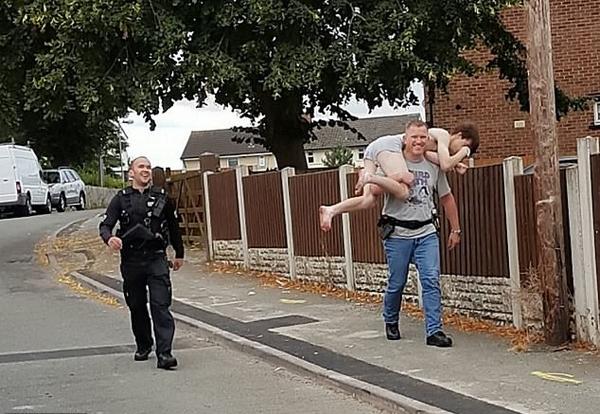 笑skr人!英少年毒贩半裸跳窗摔疼脚被警方扛走