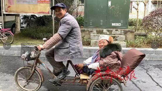 男子载残疾妻子出游12年:最美的爱情,是我陪着你