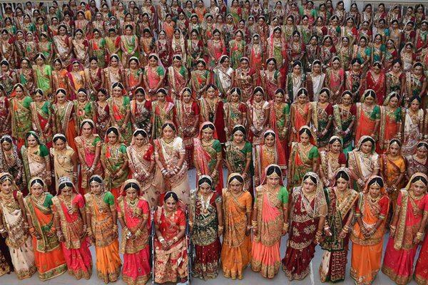 """印度""""国民干爹""""为261位女孩办婚礼"""