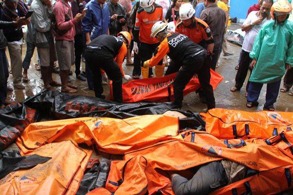 印尼海啸已致373人死亡 尸体袋堆成山