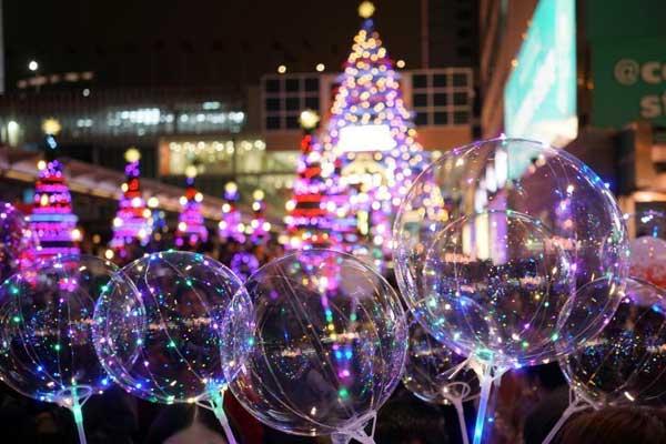 香港市民和游客欢度平安夜