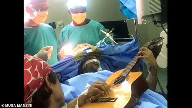 南非音乐家开颅手术全程清醒弹吉他
