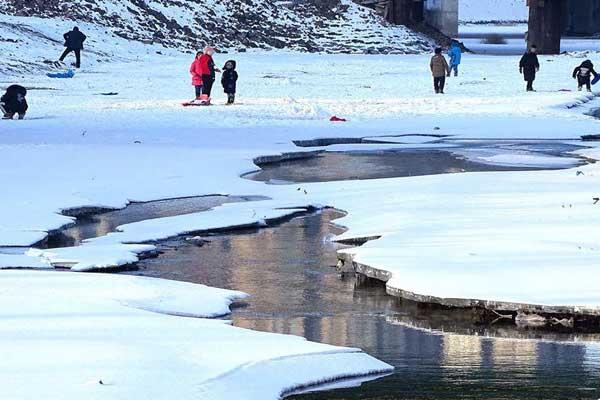 哈尔滨马家沟未封冻河面氤氲袅娜似仙境