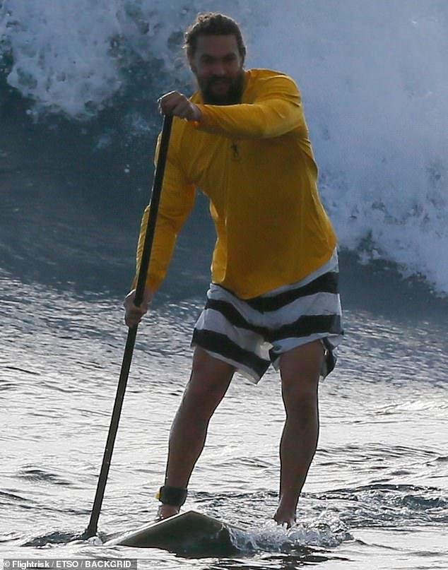 《海王》男主杰森?莫玛在夏威夷冲浪大秀肌肉