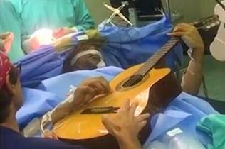 ?#25103;且?#20048;家开颅手术中保持清醒弹吉他