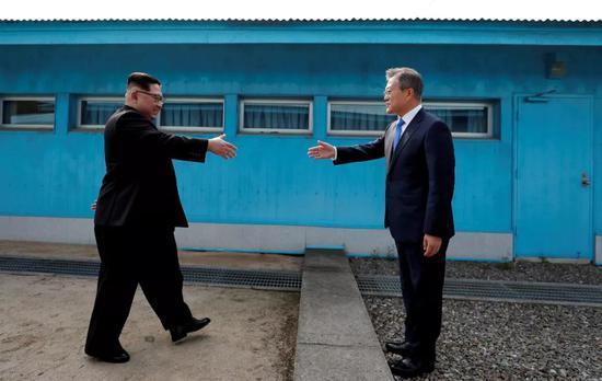 """△4月27日,韩国总统文在寅与朝鲜最高领导人金正恩跨过""""三八线""""握手。"""