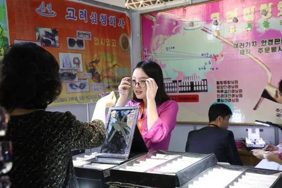 △朝鲜民众选购眼镜