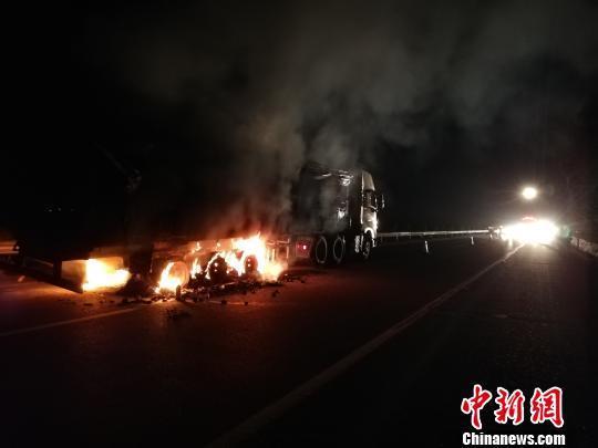 广西大货车高速路突发大火 20余吨生蚝变烤蚝