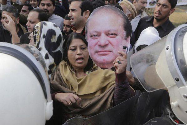 巴基斯坦前总理谢里夫被押送监狱服刑 其车辆遭支持者围堵