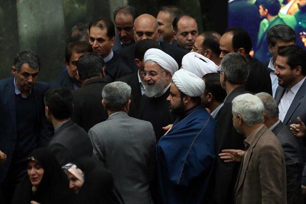 伊朗总统鲁哈尼提交4700万亿预算案对抗美国 遭反对者抗议