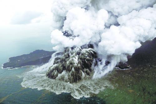 印度尼西亚巽他海峡喀拉喀托火山 22 日喷发引发的海啸已导致近 400 人遇难,图为23日火山航拍图。