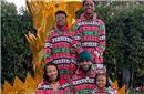 LBJ携一家五口拍圣诞照 这集体装扮打多少分?