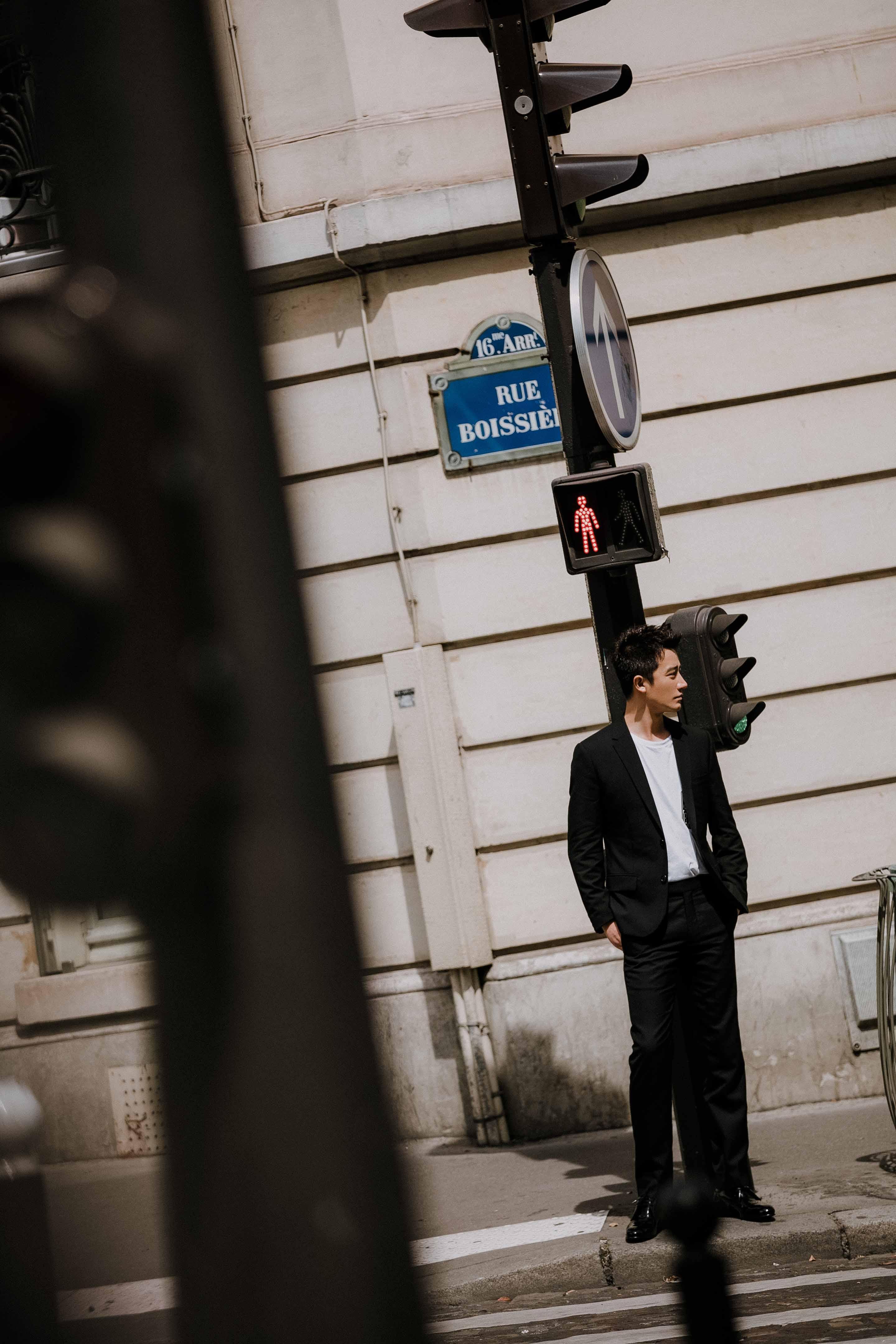 黄轩漫步巴黎街头 黑白西服简约儒雅!