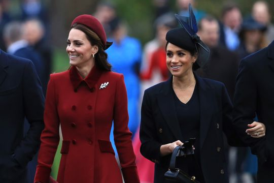 英国王室圣诞礼拜 凯特梅根融洽同框破不和传闻