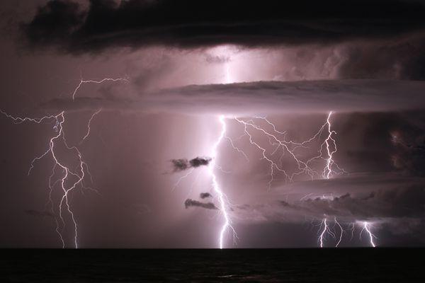 """印尼喀拉喀托火山频繁喷发 火山活动""""夹带""""闪电场面震撼"""