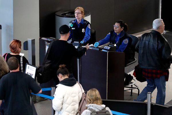 """美国政府""""关门""""  机场安检员无薪工作"""