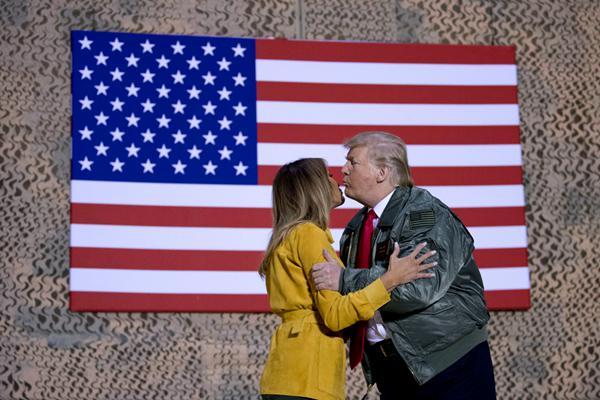 特朗普圣诞后携妻子突访驻伊美军 与军人合照喜笑颜开