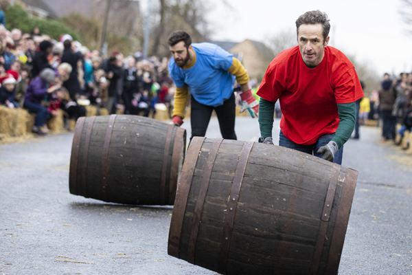 hold大木桶!英国举行节礼日滚桶接力比赛