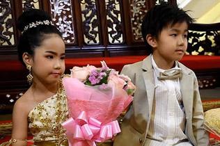 """泰父母为6岁双胞胎?#32622;?#21150;婚礼 称还""""前世债"""""""