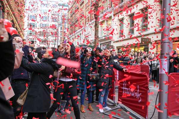 英国:节礼日购物狂欢!市民排长队购买打折商品