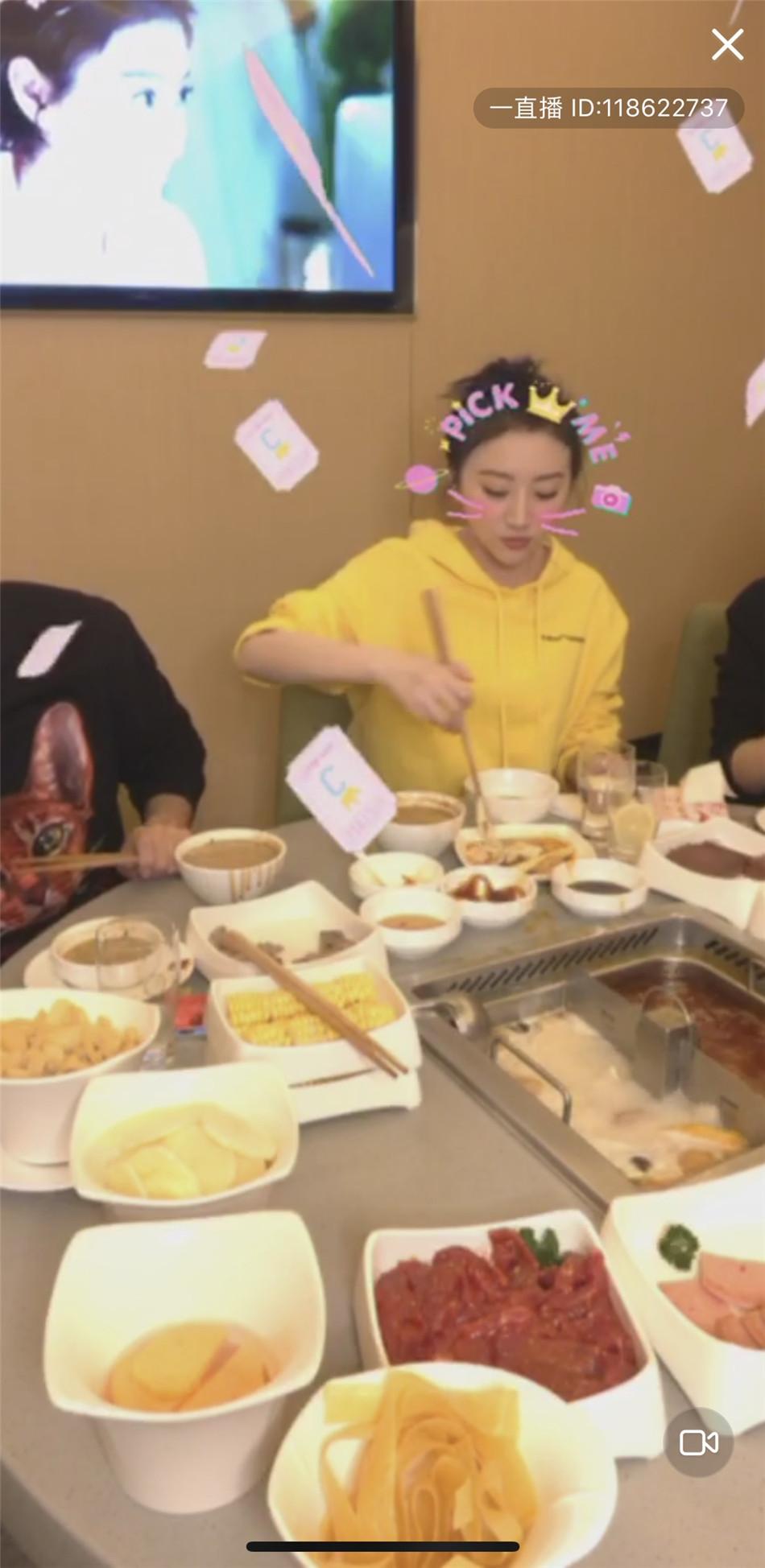 景甜直播吃火锅聊新剧 网友:土味爱豆没错了