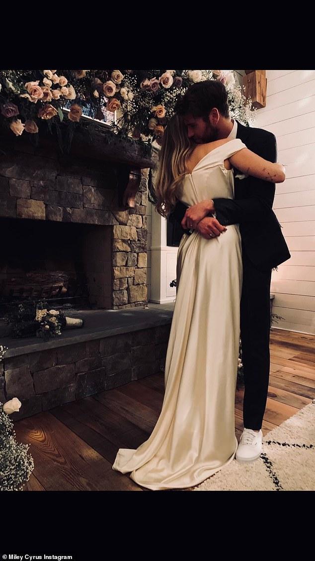 麦莉?塞勒斯分享与利亚姆?海姆沃斯甜蜜结婚照