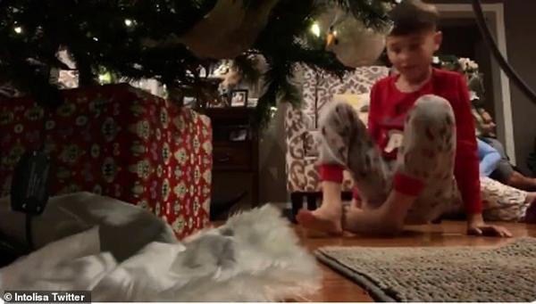 笑哭!男孩欲拍圣诞老人却被狗搅局