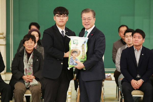 """韩总统文在寅出席农业座谈会 用一块表""""换""""了一袋大米"""