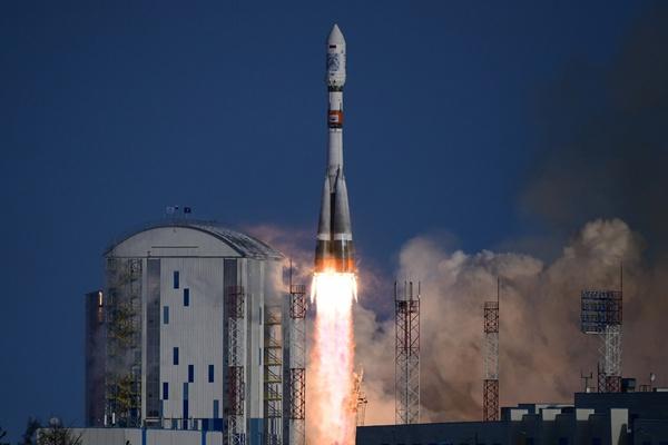 """俄罗斯""""联盟-2.1a""""火箭发射升空 将多颗卫星送入轨道"""