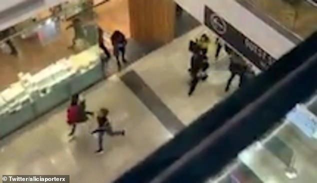 英警方购物中心内抓捕持刀歹徒引购物者恐慌逃离