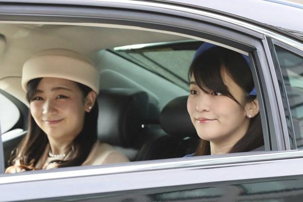 日本皇室成员现身皇宫微笑打招呼 真子公主淡定避视镜头