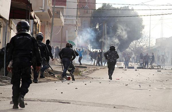 """突尼斯一摄影记者自焚抗议""""人民食不果腹"""",引爆街头冲突"""