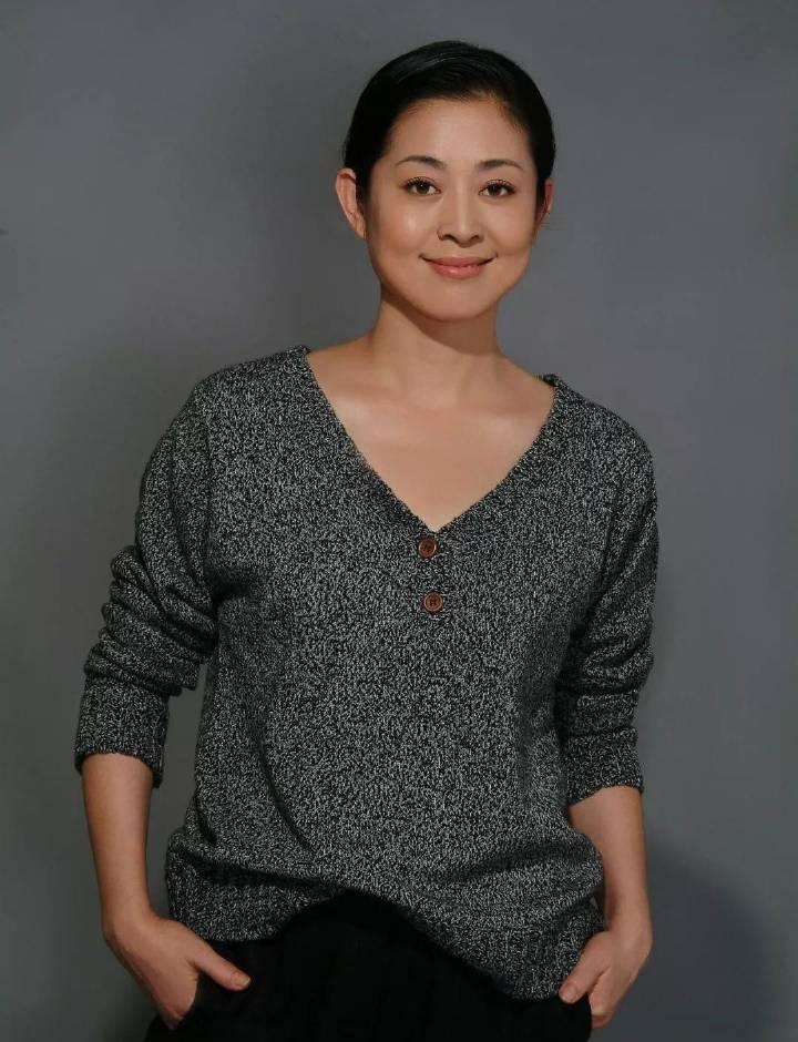 59岁倪萍回归拍广告,助理曝光现场照,整个人最少瘦了二十斤!