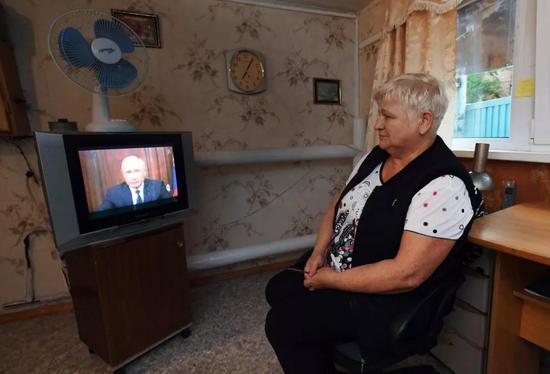 △8月29日,俄罗斯民众观看普京就养老金改革发表的电视讲话。