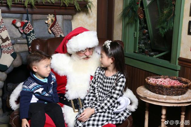李小鹏儿女听圣诞老人讲话 奥莉乖巧弟弟表情亮了
