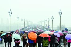市民冒雨近距离感受南京长江大桥蜕变与新生