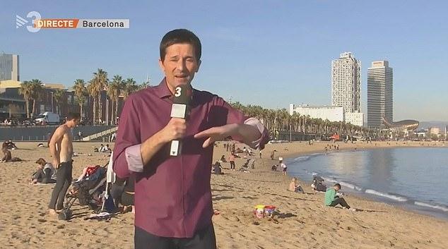 西班牙主持人海滩报道天气遭身后男子脱衣抢镜