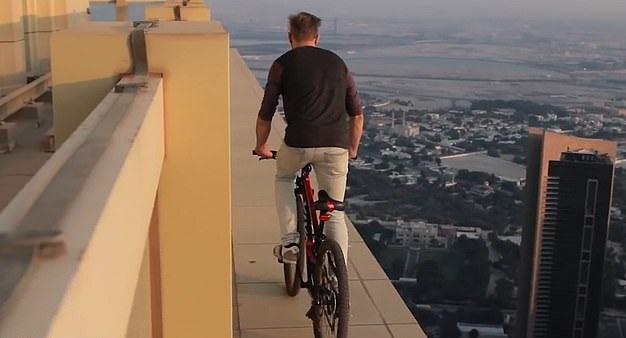 极限运动达人迪拜摩天大楼半米宽露台边骑车