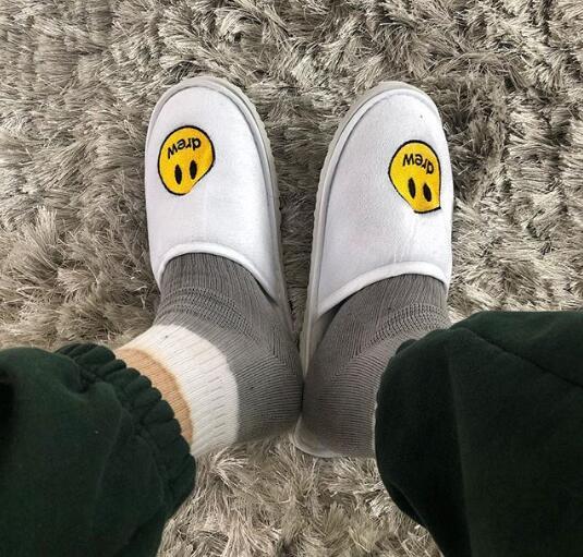 """贾斯汀?比伯服装品牌推""""酒店拖鞋"""" 瞬间售罄"""