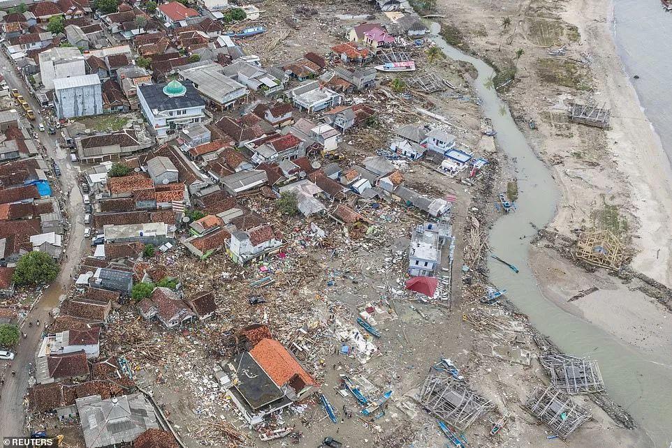 印尼海啸灾民渴望回家 火山仍在轰鸣