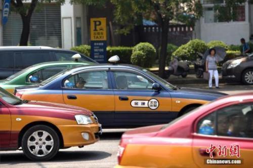 资料图:街上行驶的出租车。 金硕 摄