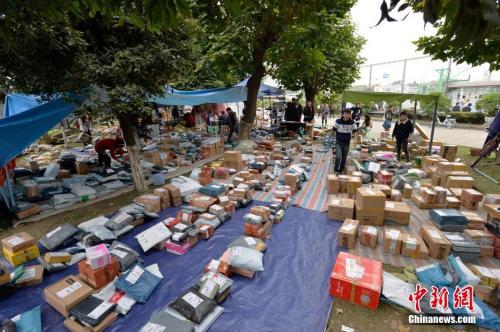 资料图:大学生网购的快递纷纷到货,大量的包裹堆满了整个街道。图片来源:视觉中国