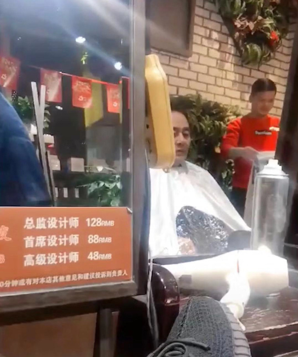 杨幂离婚后父亲现身理发店 表情略显憔悴