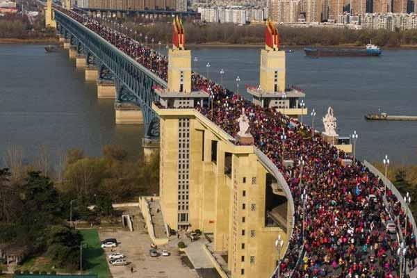 """民众涌上南京长江大桥""""辞旧迎新""""堪比逛庙会"""