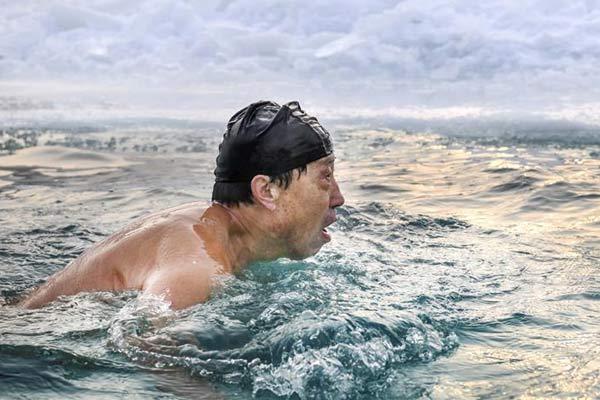 """全民健身——寒冬中的""""泳""""士"""